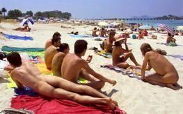 Medio Centenar De Bañistas Reclaman Desnudos Una Playa Nudista En O