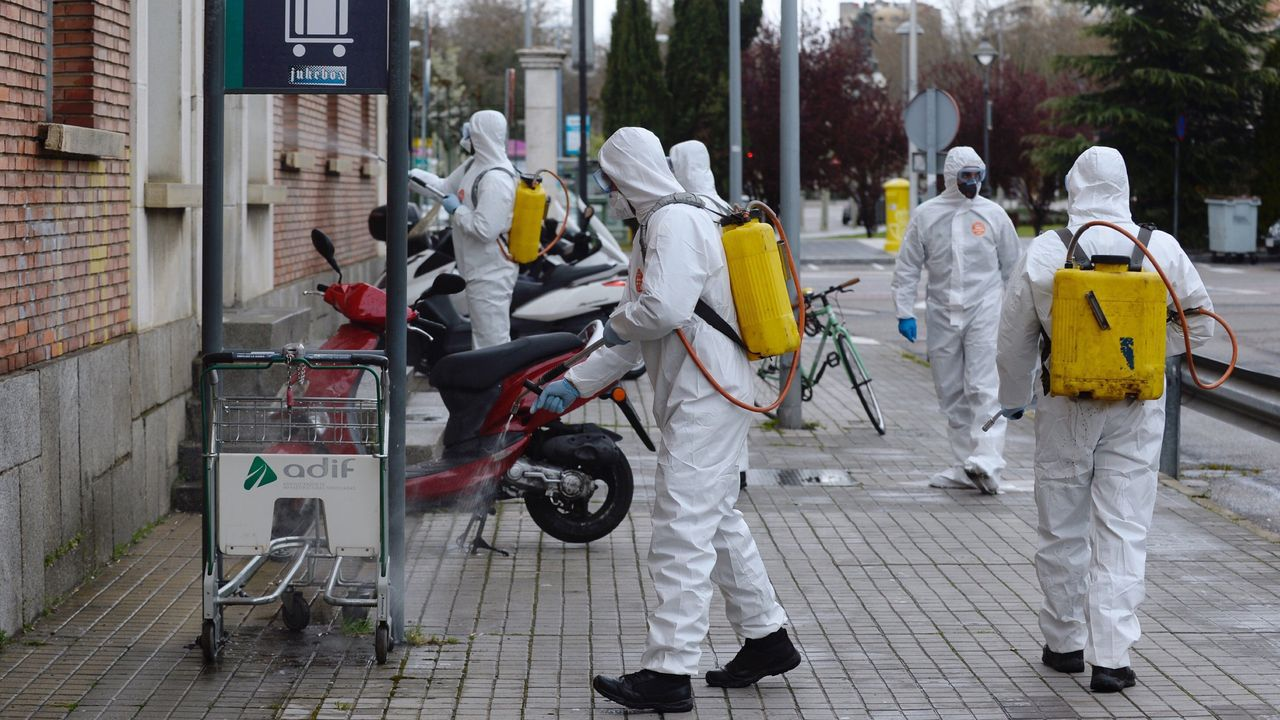 Militares desinfectando lugares públicos