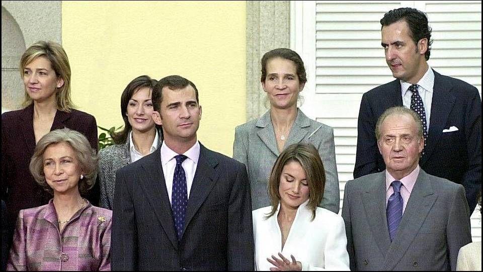 En noviembre del 2003, llegó el compromiso de su sucesor, el príncipe Felipe. Letizia Ortiz Rocasolano observa el anillo de pedida que le ha regalado su prometido, mientras ambos posan en el Palacio de El Pardo con sus respectivas familias, el 6 de noviembre de ese año.