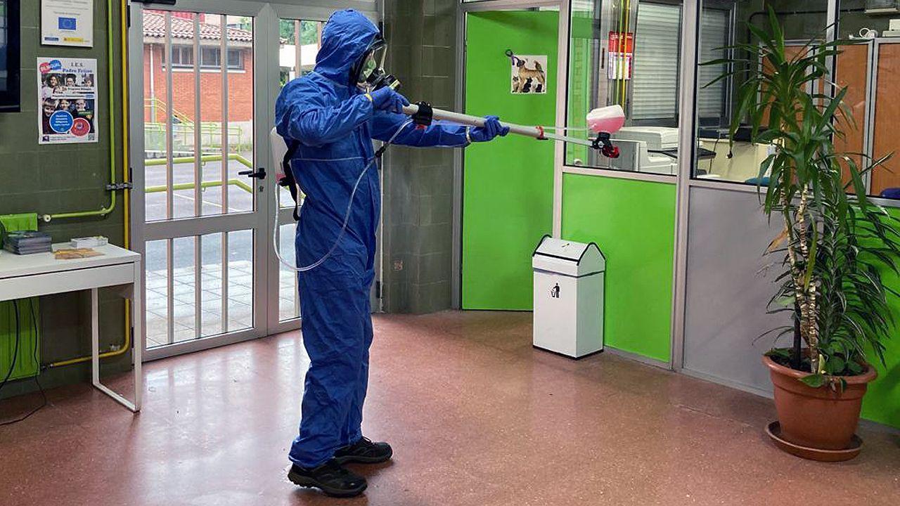 alumnos, estudiantes, universitarios.Labores de desinfección de un instituto de Gijón