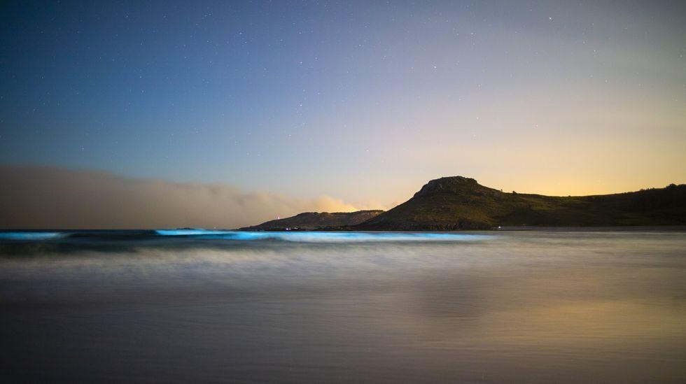 Descubre algunos de los mejores miradores de Barbanza.Playa de Soesto, bajo la luz de la luna. Mar de ardora