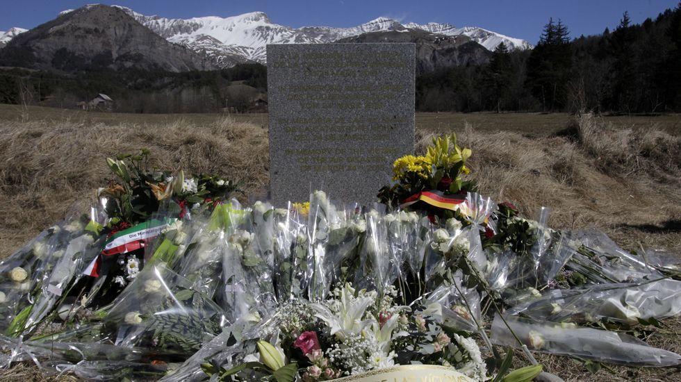Monolito colocado al pie de los Alpes en homenaje a las víctimas