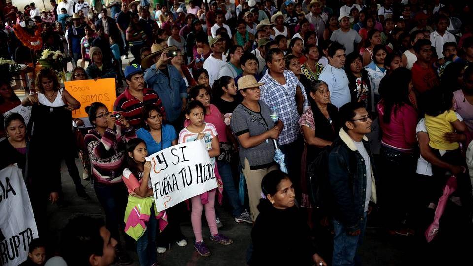 Familiares y compañeros de los estudiantes de Ayotzinapa participan en una misa en el mismo lugar donde desaparecieron.