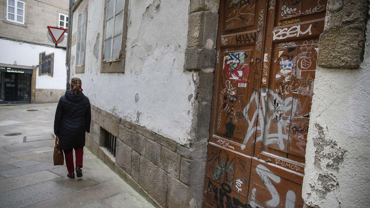 Zona entre el Campus Vida y la Avenida de Barcelona , donde acuden los toxicómanos a pincharse , llena de jeringuillas usadas ..Dos ciclistas circulan por la zona monumental de Santiago