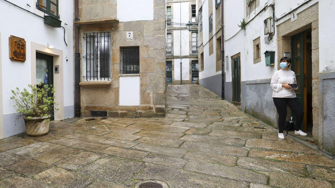 La vivienda está situada en la calle Campás de San Xoán, en la zona vieja de Santiago, y enfrente está la oficina en la que se cogen y devuelven las llaves