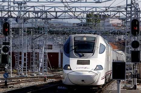 Paso del nuevo Alvia entre Madrid y Ferrol por la estación de tren de Monforte.