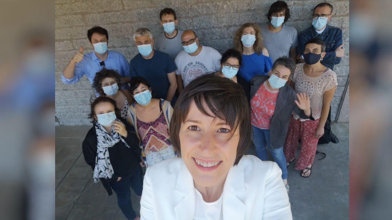 O selfi da candidata: Pontón, co seu equipo de campaña, nunha foto tirada esta semana en Santiago