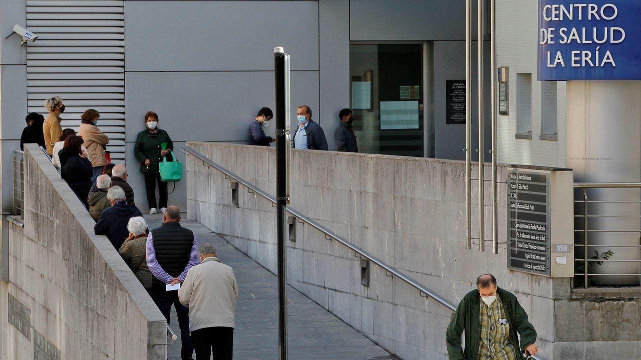 Varios pacientes esperan en el exterior del centro de salud de La Ería en Oviedo