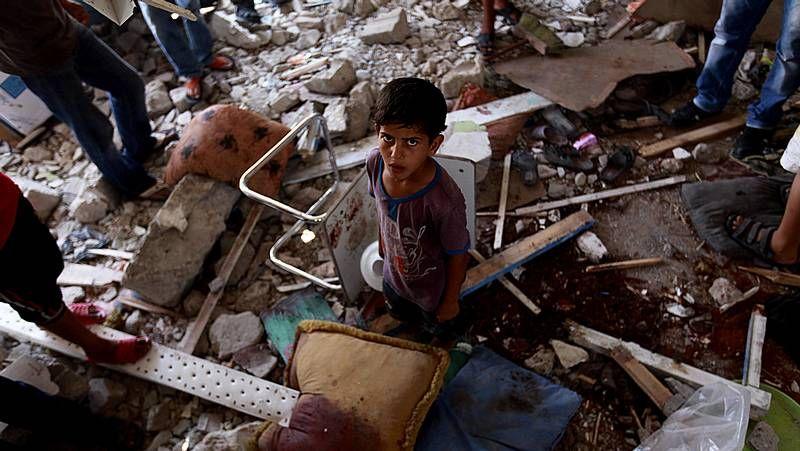 Una escuela y un mercado, los últimos sangrientos objetivos de Israel.En los pocos minutos que duró la tregua, los palestinos pudieron recoger algunas pertenencias de sus derruidos hogares.