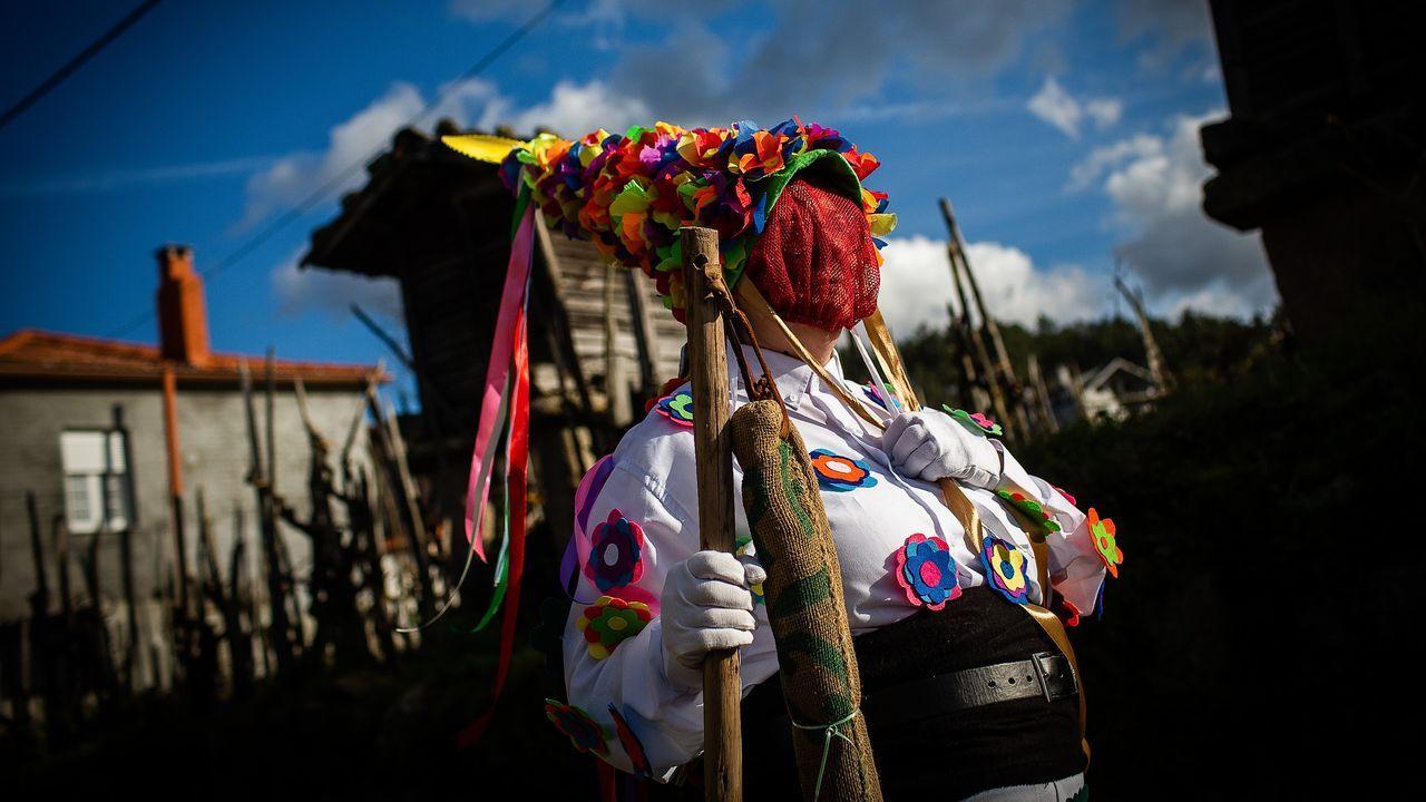 Entroido de Mugares.La tradición de las señoritas y labardeiros sigue viva en Toén gracias al trabajo de la asociación de mujeres Amencer