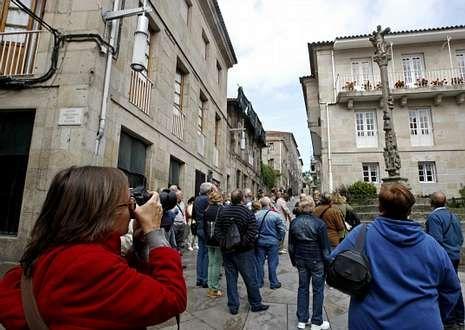 Un grupo de turistas, visitando el centro histórico de la ciudad de Pontevedra.