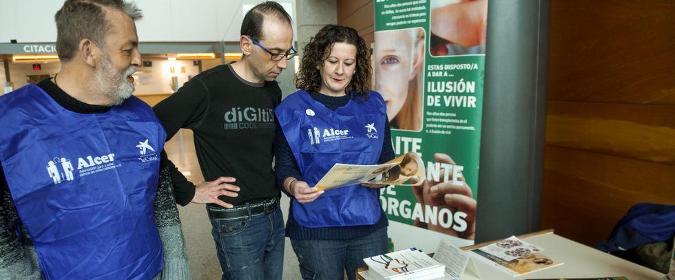 Carlos Gándara, ayer en la plaza de A Peregrina, donde la asociación Alcer instaló una mesa informativa en el Día del Riñón.