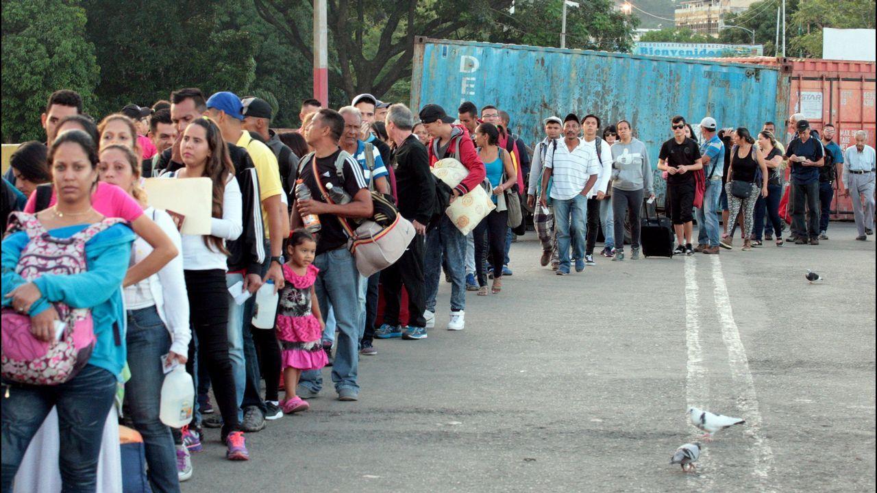 Angelina Jolie con los refugiados venezolanos en Colombia.Los venezolanos hicieron cola para pasar a Colombia tras el anuncio de Maduro