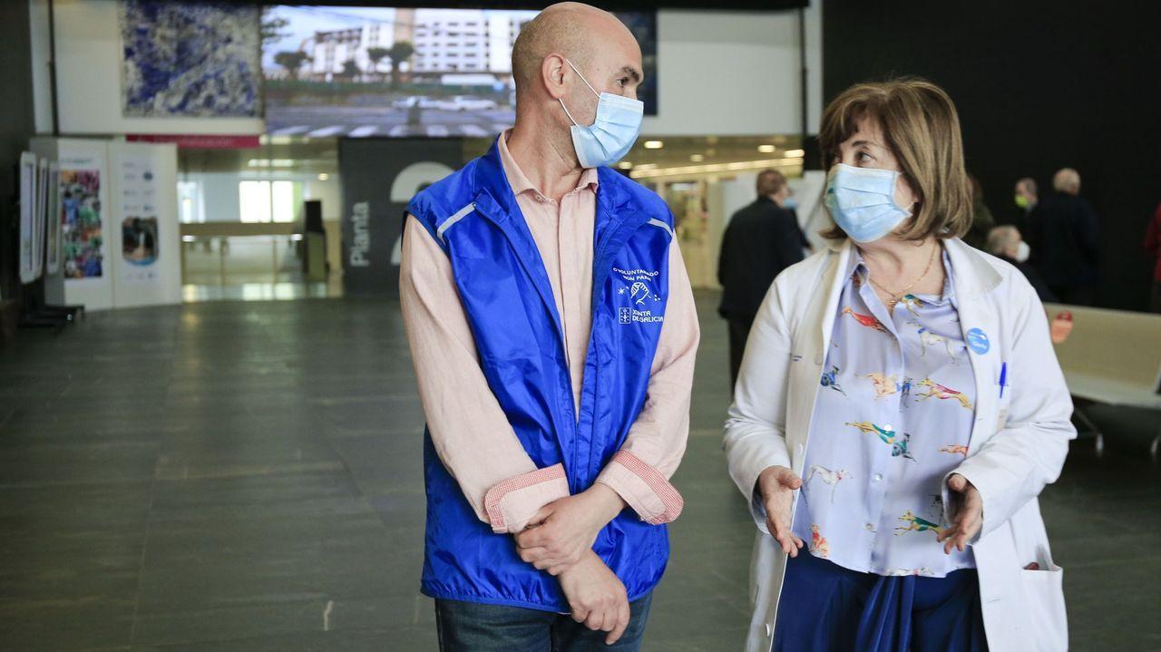 A la izquierda, el voluntario Víctor y a la derecha, Gloria, de Humanización del HULA