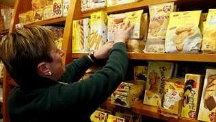 Mujer eligiendo productos para celiacos