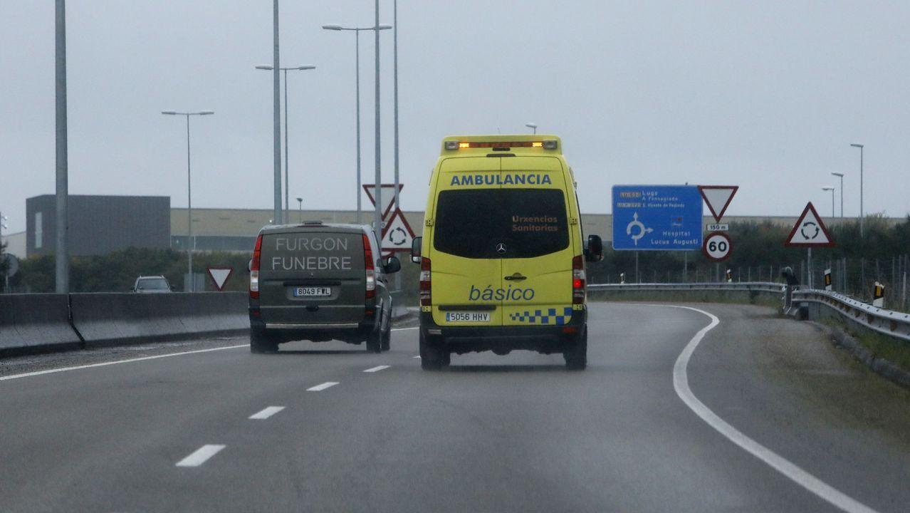 Furgón fúnebre y ambulancia camino del HULA