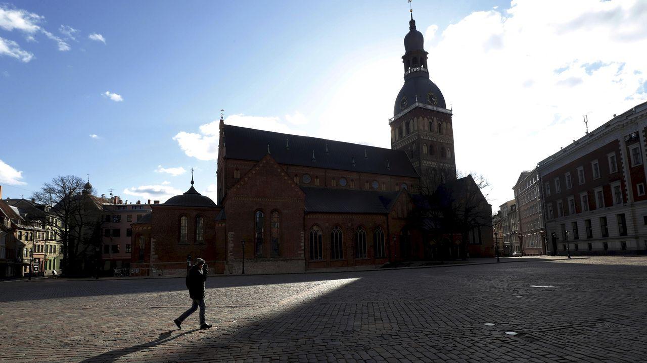 Un hombre camina por Riga, la capital de Letonia