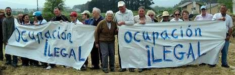 Un grupo de vecinos que se reunieron para detener las obras del gasoducto iniciadas entre la carretera nacional y la playa de Reinante.