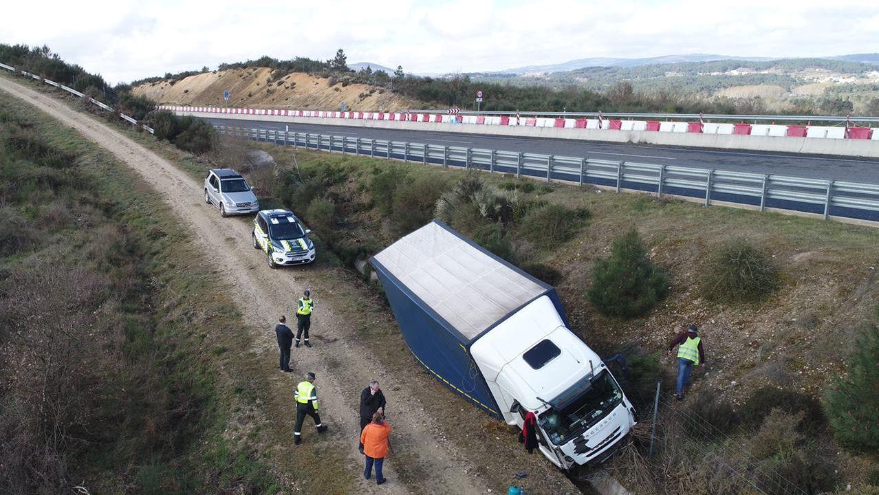 El camión quedó parado, sin volcar, a unos 300 metros de la vía.