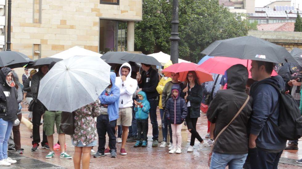 Turistas en Asturias con lluvia.Santa María del Naranco fue el monumento más votado como edificio más bello de Asturias, según la revista internacional AD