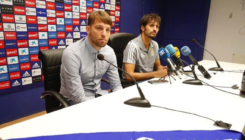 Michu junto a Arribas en la sala de prensa del Carlos Tartiere