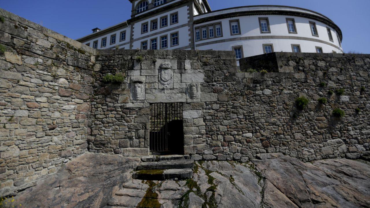 Puerta del Embarcadero o del Castillo en las antiguas murallas de la ciudad, junto al Hospital Abente y Lago.VIBORAS DE SEOANE EN LOS LIMITES DE A CORUÑA CON CULLEREDO Y ARTEIXO POR LOS BIOLOGOS DE LA UCD DAVID DO PEREIRO Y ISMAEL ESPASANDIN .