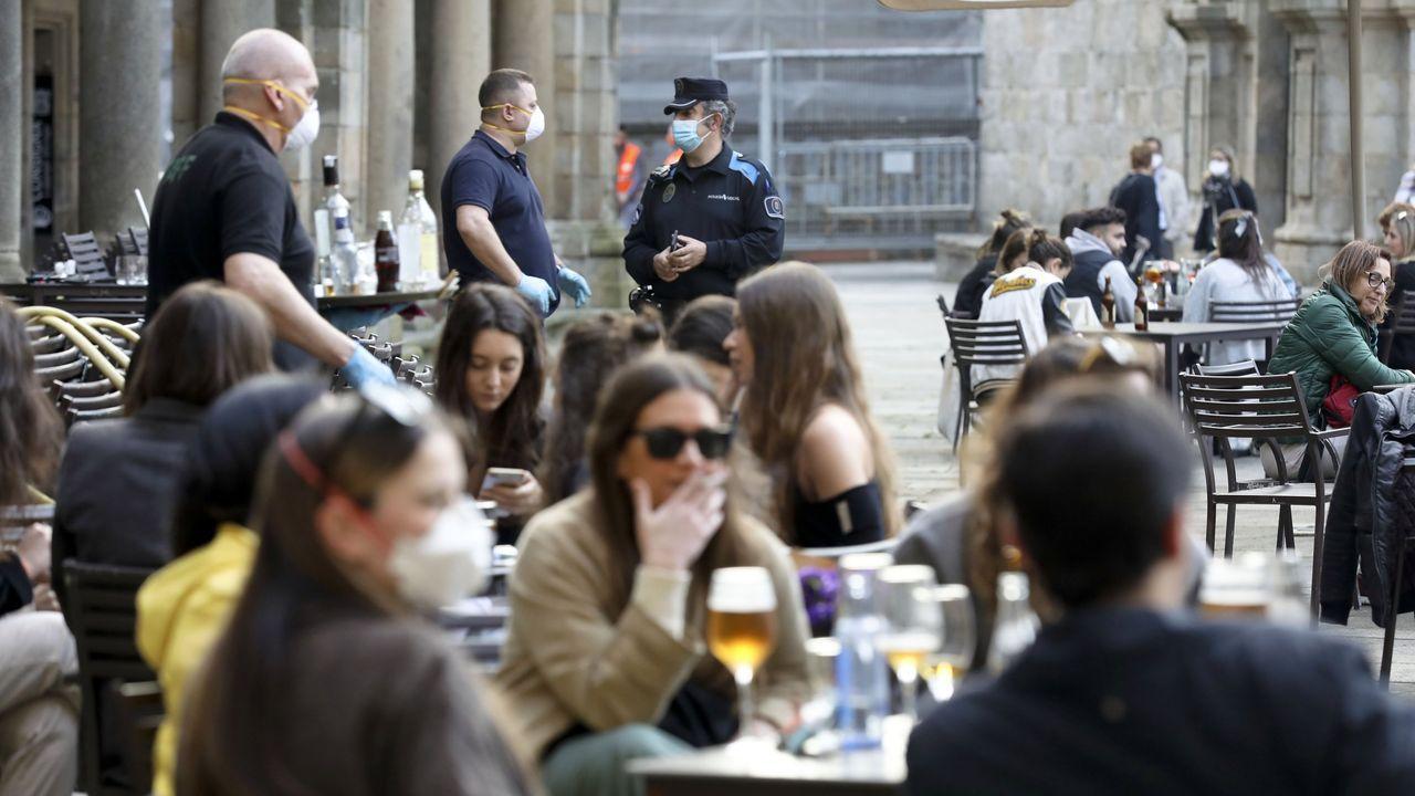 Un policía local de Santiago, en una foto de archivo, realizando una de las rondas que se hacen cada día para controlar el cumplimiento de las normas covid en las terrazas y locales