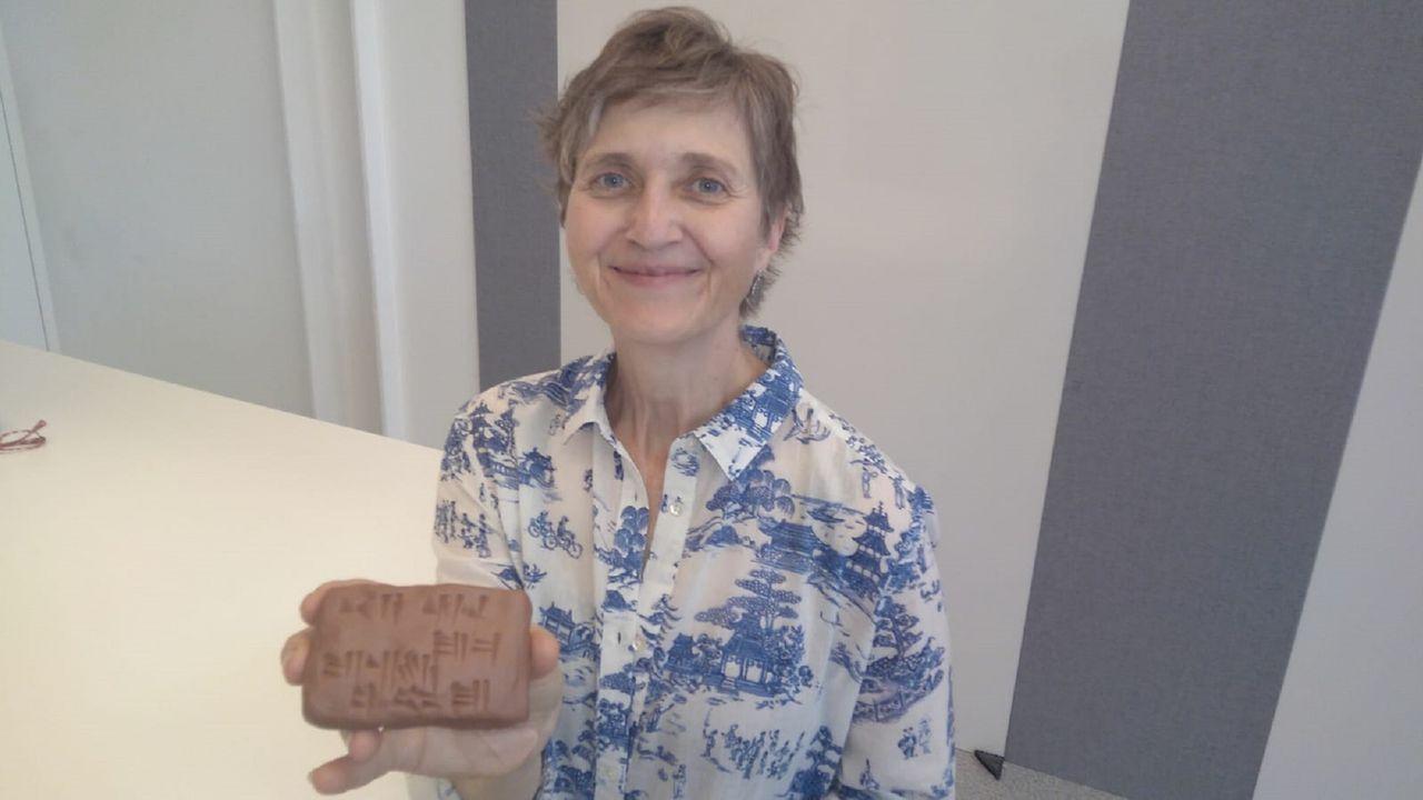 Bárbara Böck, del CSIC, enseñó a los alumnos a escribir sobre tablillas de barro, como lo hacían los escribas de la antigua Mesopotamia