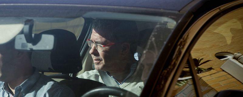 granados.Francisco Granados abandona su casa custodiado por la Guardia Civil