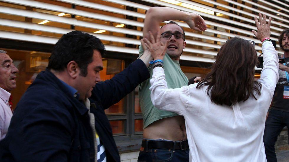Ada Colau: «Sí se podía».Afectados por la hipoteca intentan reventar el mitin de Rajoy