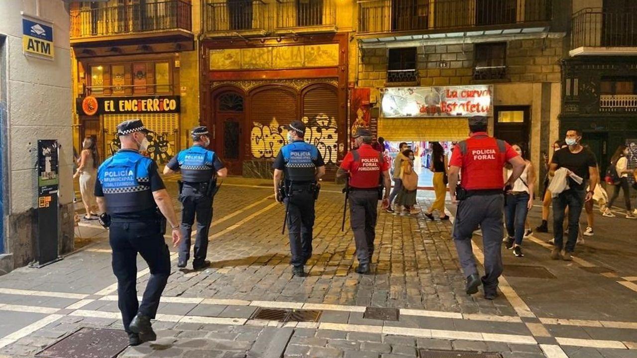 Agentes de la Policía Municipal y de la Policía Foral controlan los ambientes de ocio nocturno de Pamplona