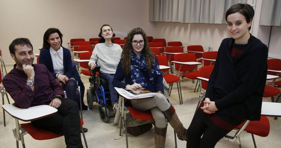 Los alumnos Enrique Abelenda, Rosa Crespo, Rubén Pontevedra y Andrea Cuerdo y la docente María Penado, el jueves en la UNED.