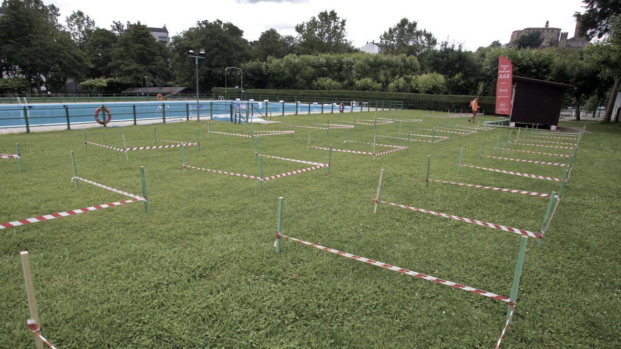 Hay alrededor de cien parcelas acotadas alrededor de las tres piscinas del club, cada una para un máximo de dos adultos y un niño