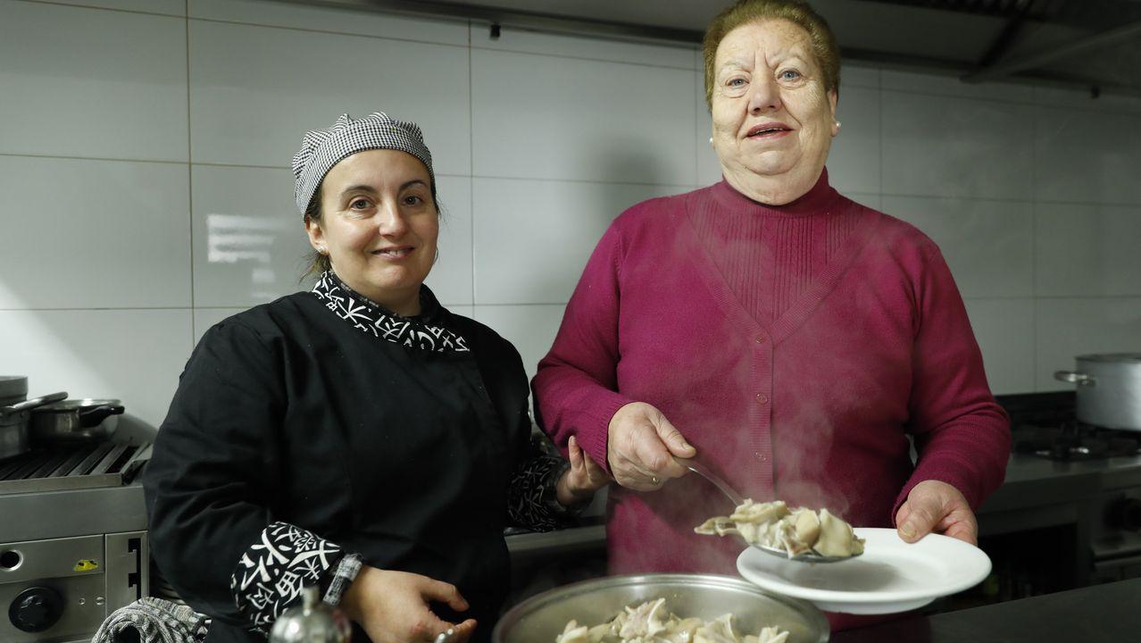 María José Vázquez Blanco y su madre, Rosa Blanco, con el plato típico de orejas que dio nombre a su restaurante en Bande