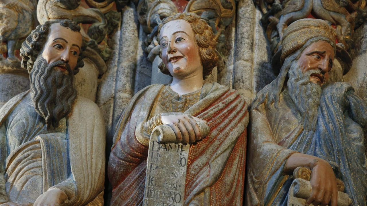 La restauración del pórtico ha recuperado la policromía de las esculturas