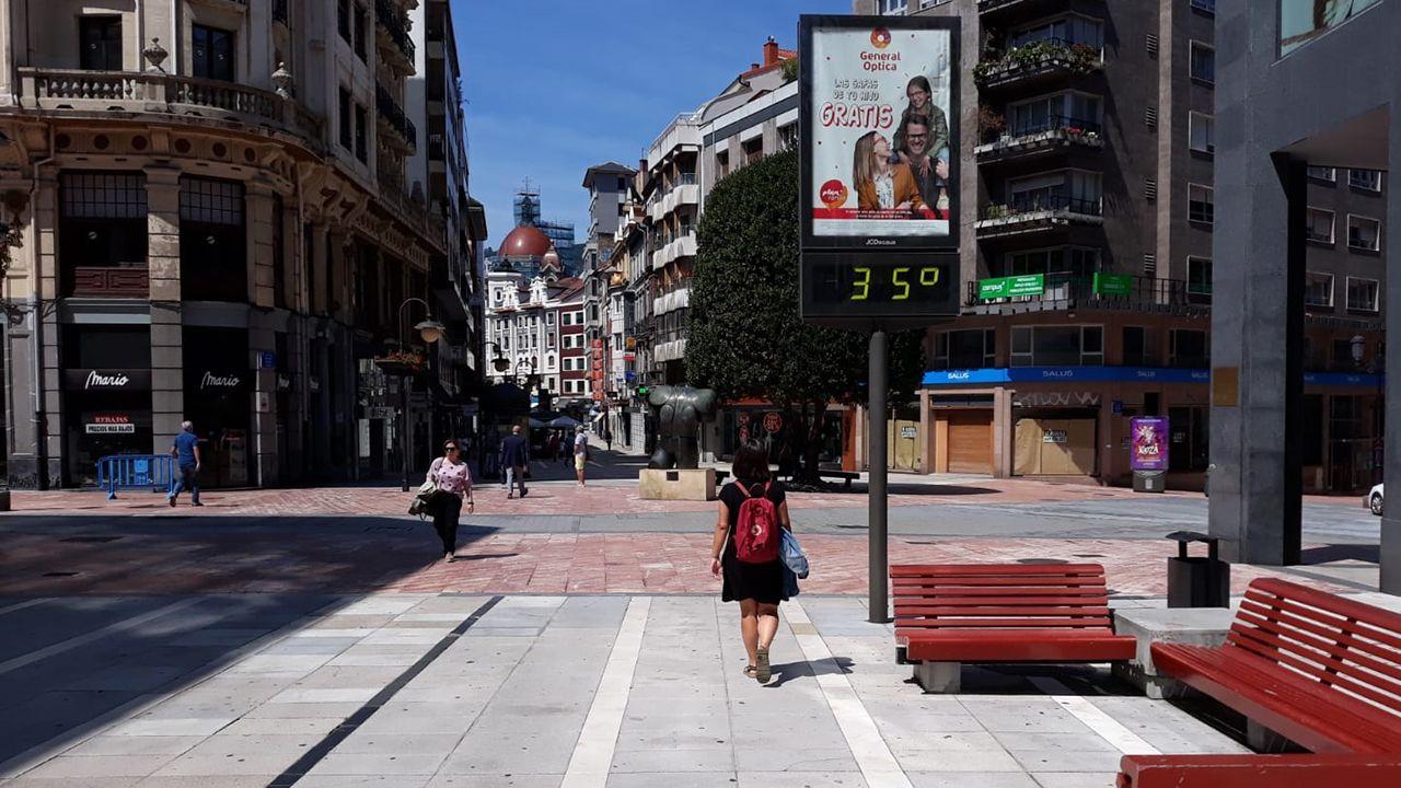 Calor, verano, bochorno, sol.Un termómetro marca 35 grados en Oviedo