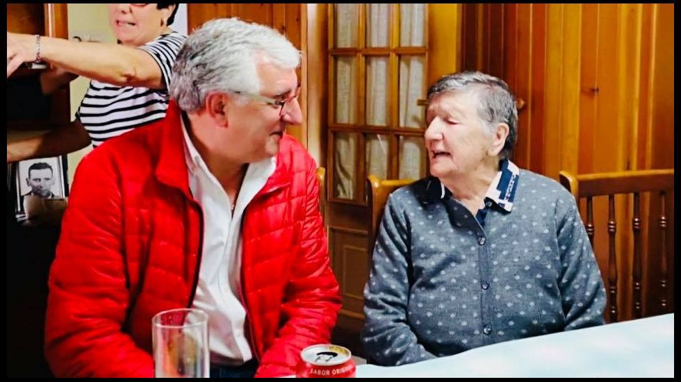 María Barreiro, con el alcalde de Melide cuando cumplió 106 años de edad
