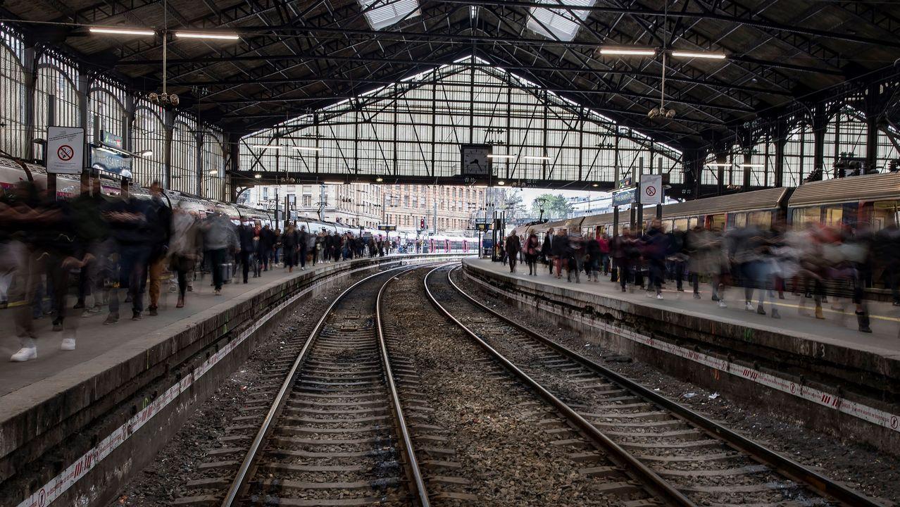 Una multitud de usuarios abarrota un andén de la estación de ferrocarril de Gare Saint Lazare durante una nueva jornada de huelga en París