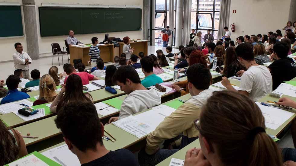 Estudiantes examinándose