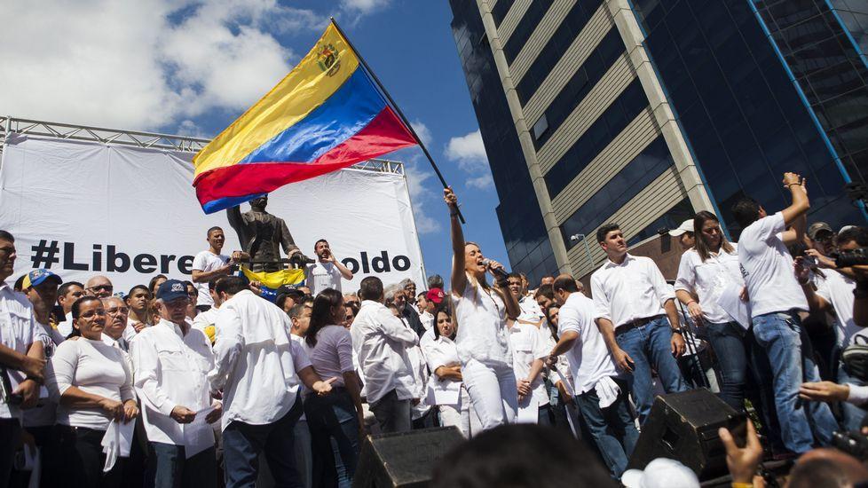 La oposición se reunió, vestida de blanco, en la plaza José Martí de Chacaíto.