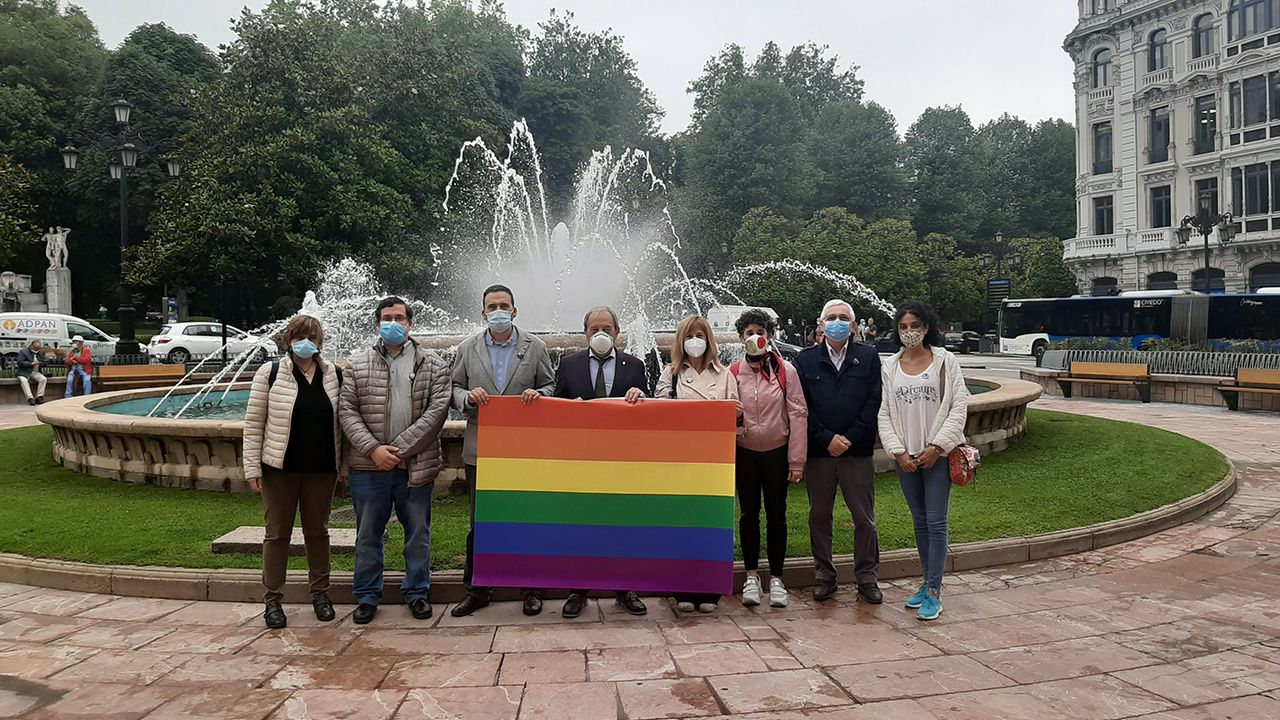 Los concejales del PSOE en el Ayuntamiento de Oviedo posan con una bandera arcoíris en la plaza de la Escandalera