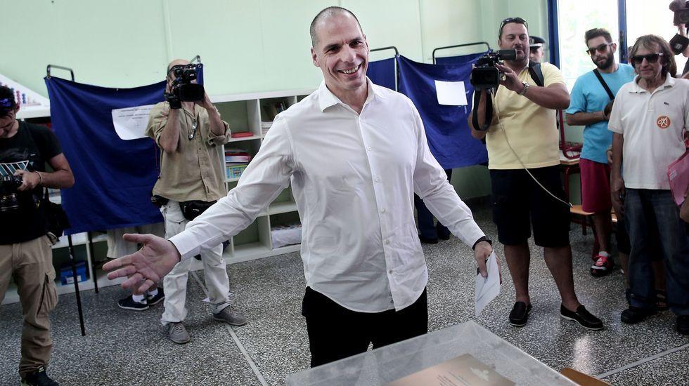 En Grecia siguen diciendo «no».Un hombre espera turno para sacar los 60 euros diarios de un cajero automático en el centro de Atenas.