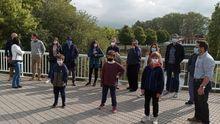 Familias del Grupo Covadonga reunidas con la asociación de vecinos de La Guía