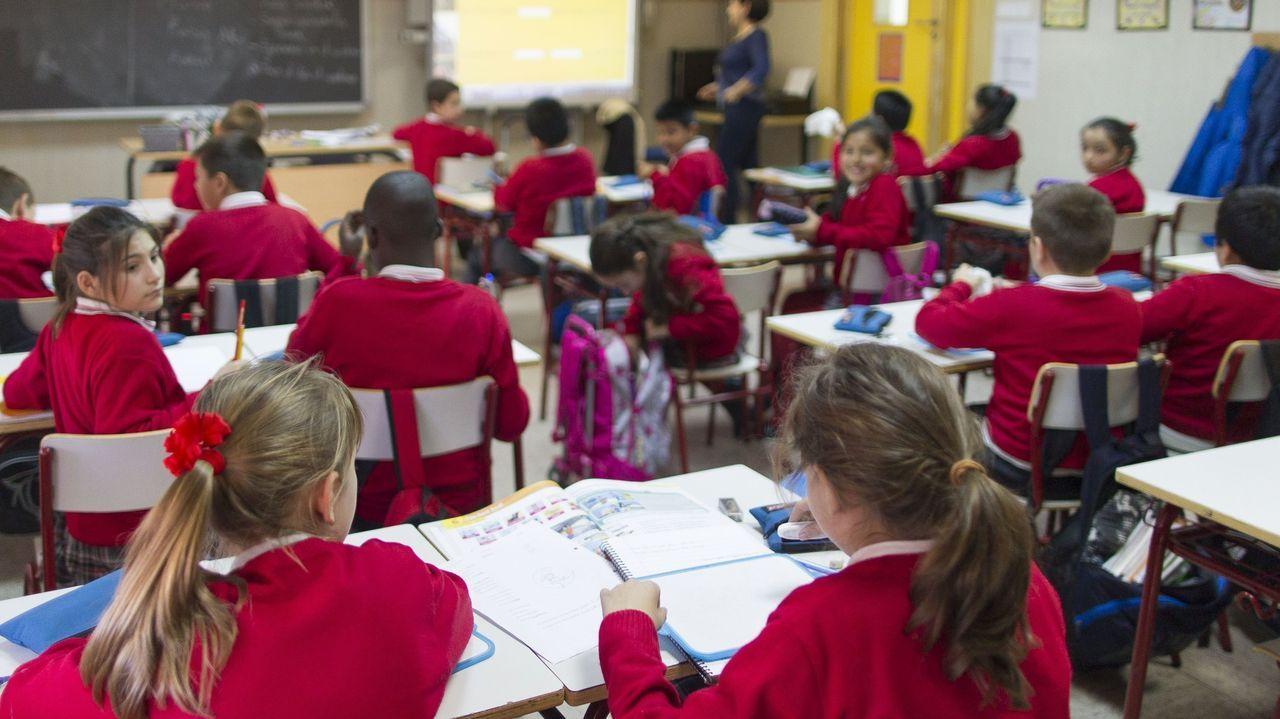 Imagen de archivo de un alumno haciendo la prueba diagnóstica de final de curso en un colegio de Silleda