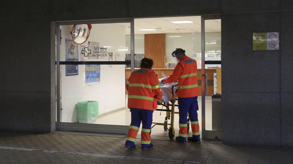 Entrada de urgencias del hospital Arquitecto Marcide, en Ferrol, en foto de archivo