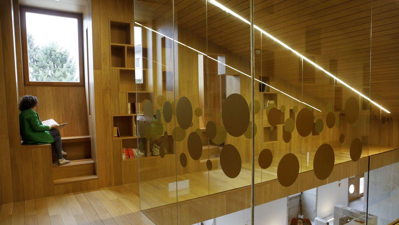 <span lang= gl >Así é a nova biblioteca do Vello Cárcere</span>.Miembros de la corporación de Lugo ante la Casa Consitorial
