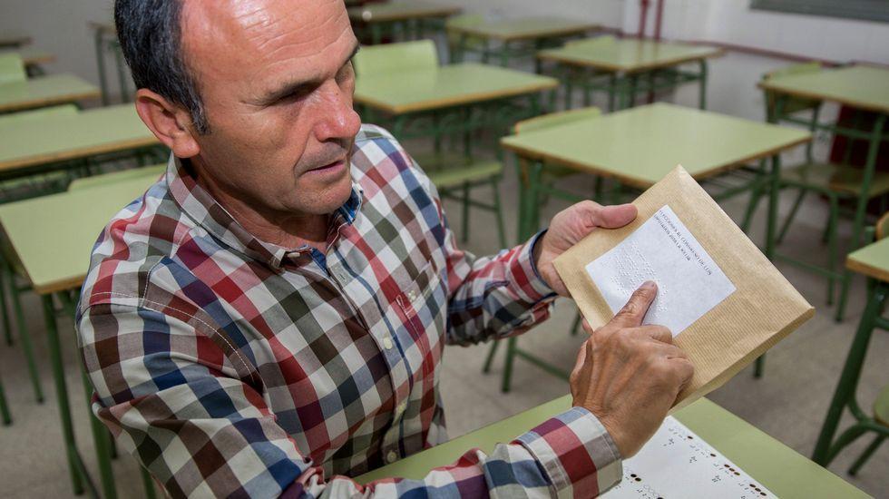 Un ciudadano ciego ejerce su derecho al voto