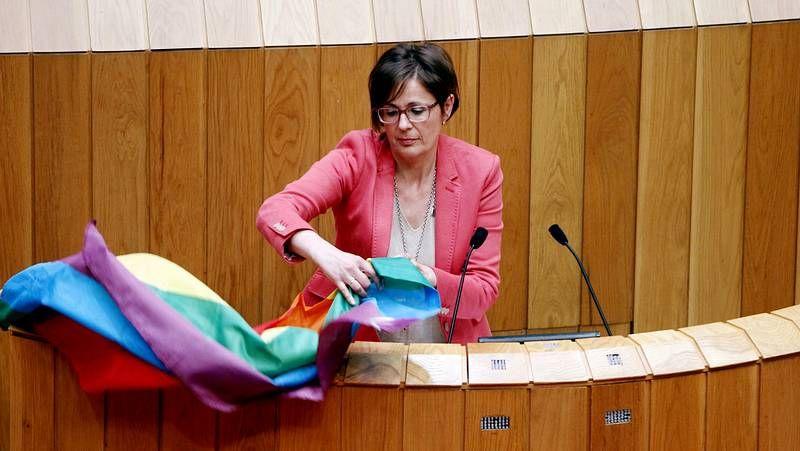 Carme Adán, del BNG, saca un bandera multicolor en el Parlamento