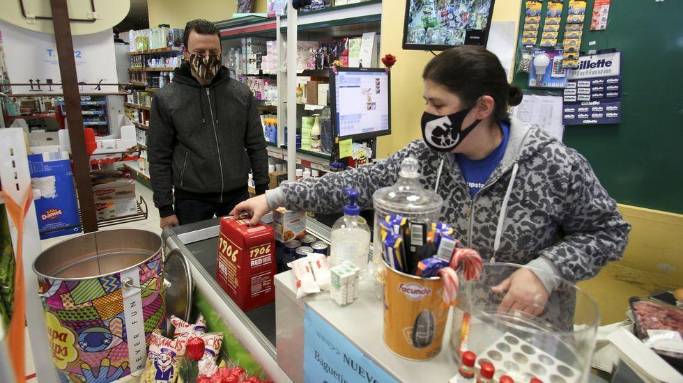 Los desplazamientos en Moeche se limitaban el domingo a hacer la compra en las tiendas que estaban abiertas