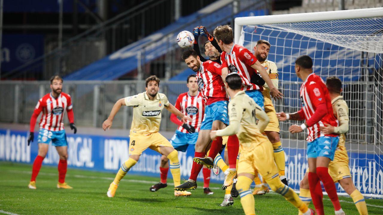 El césped del Carlos Tartiere, instantes antes del comienzo del Oviedo-Albacete